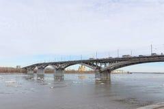 Nizhny Novgorod, Russie - 24 mars 2017 Pont de Canavinsky au-dessus de la rivière Oka Images libres de droits