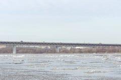 Nizhny Novgorod, Russie - 24 mars 2017 Pont en métro au-dessus de la rivière Oka Photo stock