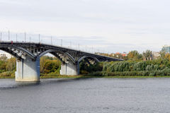Nizhny Novgorod, Russie - 30 septembre 2016 Le pont à travers la rivière d'Oka Vue du plus bas point au centre Photographie stock