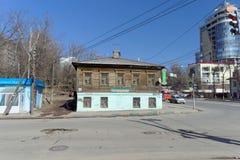Nizhny Novgorod, Russland - 7. April 2016 Altes hölzernes zweistöckiges Wohnhaus auf der Straße Kovalikhinskaya 100 Lizenzfreie Stockfotografie