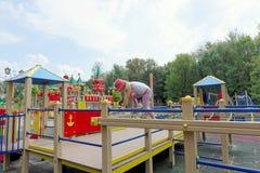 Nizhny Novgorod, Russland - 3. August 2016 Kinderspielplatz-Spielkomplex im Park die Schweiz Lizenzfreies Stockbild