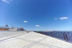 Nizhny Novgorod, Russland - 15. Juni 2018 Der eben errichtete Nizhnevolzhskaya-Damm auf den Banken des Oka-Flusses stockfotografie
