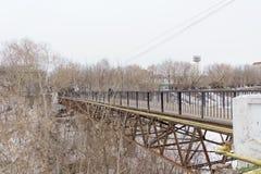 Nizhny Novgorod, Russland - 24. März 2017 Fußgängerstudent Bridge vom Hochschulweg zu Ilyinskaya-Straße durch das ravi Lizenzfreies Stockbild