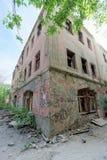Nizhny Novgorod, Russland - 24. Mai 2018 Demolierung eines verlassenen Wohnzweistöckigen Steinhauses auf Sovetskaya-Straße 2A Lizenzfreie Stockfotografie
