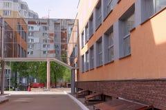 Nizhny Novgorod, Russland - 15. Mai 2016 Der Übergang zwischen der athletischen Wellness-Mitte und der Sekundärschule nummerieren Lizenzfreies Stockfoto