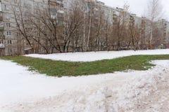 Nizhny Novgorod, Russland - 28. November 2016 Über dem erdverlegten Rohr mit dem Heißwasser schmolz Schnee Lizenzfreie Stockfotos