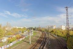 Nizhny Novgorod, Russland - 10. Oktober 2017 Ansicht vom Kanavinsky-Viadukt auf den Eisenbahnlinien Lizenzfreie Stockbilder