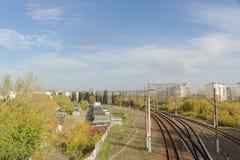 Nizhny Novgorod, Russland - 10. Oktober 2017 Ansicht vom Kanavinsky-Viadukt auf den Eisenbahnlinien Stockfotografie