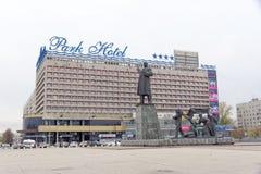 Nizhny Novgorod, Russland - 26. Oktober 2017 Hotel Marins-Park-Hotel in Lenin-Quadrat und das Monument zu Lenin im Hintergrund vo Stockfotografie