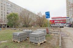 Nizhny Novgorod, Russland - 26. Oktober 2017 Rekonstruktion eines Netzes der asphaltierten Wege im Yardgebiet auf dem Boulevard Lizenzfreies Stockfoto