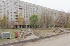 Nizhny Novgorod, Russland - 26. Oktober 2017 Rekonstruktion eines Netzes der asphaltierten Wege im Yardgebiet auf dem Boulevard Stockfoto