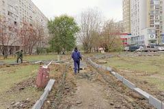 Nizhny Novgorod, Russland - 26. Oktober 2017 Rekonstruktion eines Netzes der asphaltierten Wege im Yardgebiet auf dem Boulevard Lizenzfreie Stockfotos