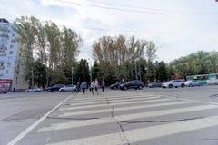 Nizhny Novgorod, Russland - 13. September 2018 Leute gehen entlang den Fußgängerübergang durch die Mitte des Freiheits-Quadrats Stockfoto
