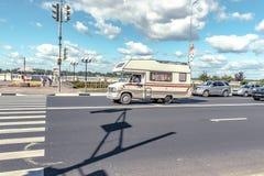 Nizhny Novgorod - Ryssland - august 12, 2017 biltransport skåpbil resande för SKÅPBILAR för a-tappningCAMPARE på en väg arkivfoto