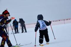 NIZHNY NOVGOROD RYSSLAND - FEBRUARI 11, 2017: Ski Competition Russia 2017 den kiting floden skidar snöig sportvinter Familjmäster Royaltyfri Fotografi