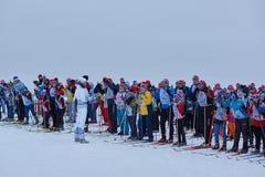NIZHNY NOVGOROD RYSSLAND - FEBRUARI 11, 2017: Ski Competition Russia 2017 den kiting floden skidar snöig sportvinter Familjmäster Arkivbild