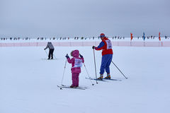 NIZHNY NOVGOROD RYSSLAND - FEBRUARI 11, 2017: Ski Competition Russia 2017 den kiting floden skidar snöig sportvinter Familjmäster Royaltyfri Foto