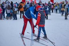 NIZHNY NOVGOROD RYSSLAND - FEBRUARI 11, 2017: Ski Competition Russia 2017 den kiting floden skidar snöig sportvinter Familjmäster Royaltyfri Bild