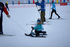 NIZHNY NOVGOROD RYSSLAND - FEBRUARI 11, 2017: Ski Competition Russia 2017 den kiting floden skidar snöig sportvinter Familjmäster Royaltyfria Bilder