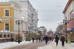 NIZHNY NOVGOROD RYSSLAND - NOVEMBER 07, 2016: Den fot- gatan kallade den Bolshaya Pokrovskaya gatan royaltyfri foto