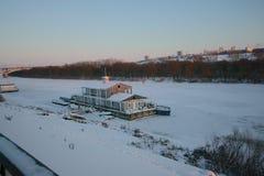 Nizhny Novgorod små marina på den Oka floden i vinter royaltyfri bild