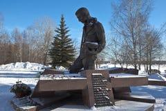 NIZHNY TAGIL, РОССИЯ - 17-ОЕ ФЕВРАЛЯ 2015: Фото памятника-tagilchanam убитое в локальных войнах Стоковые Изображения