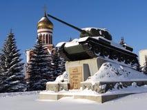 NIZHNY TAGIL, RÚSSIA - 21 DE OUTUBRO DE 2014: Foto do tanque T-34 e o templo de Dmitry Donskoy Imagens de Stock Royalty Free