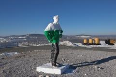 NIZHNY TAGIL ROSJA, MARZEC, - 3, 2015: Fotografia rzeźba górnik na szczycie górskim wysokim Obrazy Royalty Free