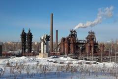 NIZHNY TAGIL, RUSIA - 17 DE FEBRERO DE 2015: Foto de la metalurgia del monumento y del museo de la planta imagenes de archivo