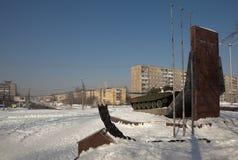 NIZHNY TAGIL, RUSSLAND - 9. MÄRZ 2016: Foto des Monuments zum Behälter T-72 und die Aussicht des Leningrad-Prospekts Stockfoto
