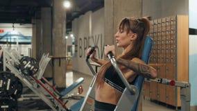 Niznhy Novgorod, Rússia 28 de fevereiro de 2018, esporte Mulher bonita no gym que faz os músculos da caixa que treina a menina do filme