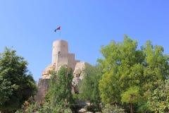 Nizwa fort, träd och blått-himmel, Oman Arkivfoto