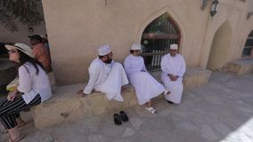 Nizwa, Oman De straat van de stad, mensen in nationale kleren, stock footage
