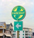 NJ brede rijweg met mooi aangelegd landschapteken royalty-vrije stock foto