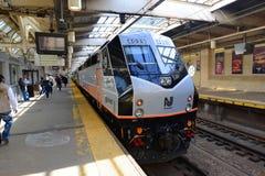 NJ-transportlokomotiv på den Newark stationen som är ny - ärmlös tröja Royaltyfri Fotografi