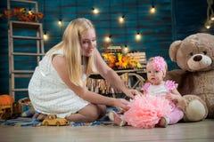 Éénjarigenmeisje met haar moeder Stock Foto's