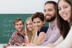 Nöjda lyckliga universitetsstudenter Arkivfoton