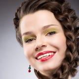Nöje. Livsstil. Lycklig flätad brun hårkvinna. Toothy leende Royaltyfri Fotografi