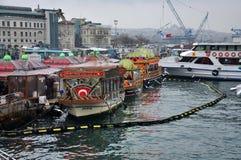 Nöjefartyg, kafé på vattnet, Istanbul Royaltyfri Bild