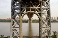在乔治・华盛顿大桥、NJ和NY下 免版税库存图片