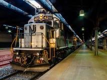 NJT市郊火车准备好下班时间乘驾家 免版税库存照片