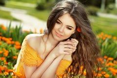 Njutning. Blåsa långt hår. Fri lycklig kvinna som tycker om naturen. royaltyfria bilder