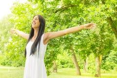 Njutning för ung kvinna för lycka i naturen Royaltyfri Foto