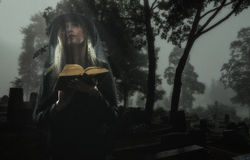 Änka på kyrkogård Arkivbilder