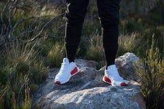 NMD branco e vermelho Adidas fotos de stock
