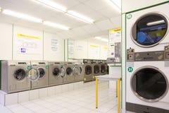 Número de lavadoras en lavadero público vacío Imagenes de archivo