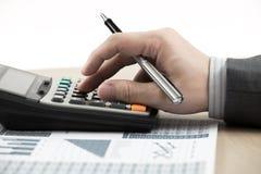 Números calculadores del presupuesto del hombre de las finanzas del negocio Imagen de archivo