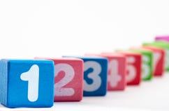 Números da fileira em blocos de madeira coloridos Fotografia de Stock