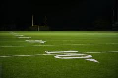 Números y línea de yarda en campo de fútbol americano Imagen de archivo