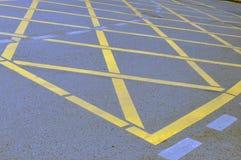 NNo die Geel Dwarsstreekteken op de Weg parkeren stock foto's